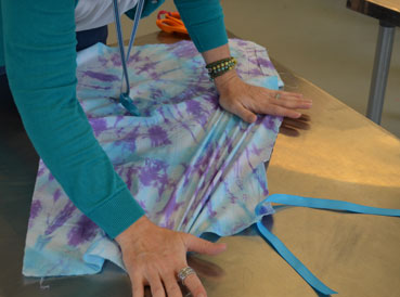 tie-dye aprons | www.smallhandsbigart.com